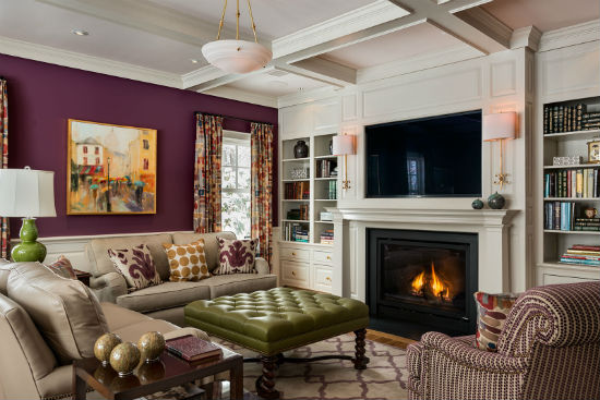 Strong colors in the fabrics, paintings and walls create a striking ambience. Source: Karosis Photography